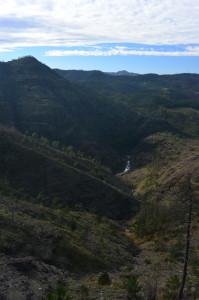 2 Vista sulla gola dal crinale destro della valle